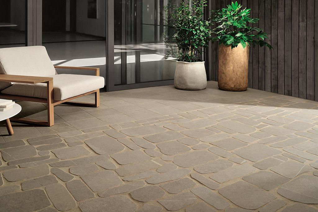 Pavimenti-per-outdoor-effetto-pietra_Ceramiche-Coem_I-Sassi_Terra-30x30_Palladiana-1