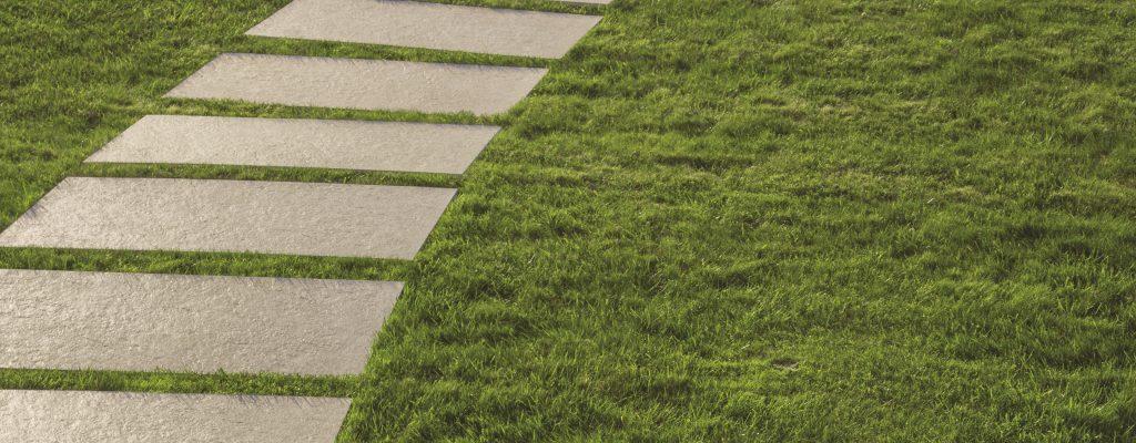 White Quartz 60x120 posa su erba